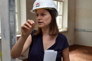 Architektin Eva Henjes erläutert die neu geschaffenen Sichtachsen.