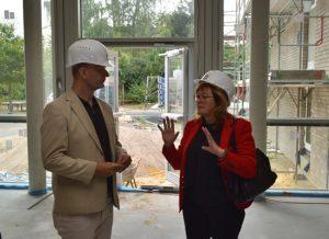 ProZent-Geschäftsführerin Walburga Wüster erläutert SPD-MdL Stefan Zimkeit den Ablauf der Bauarbeiten.