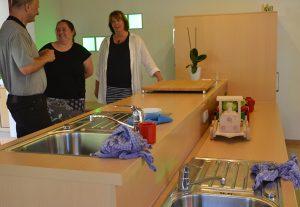 Gisela Larisch zeigt Stefan Zimkeit und Sonja Bongers die Küche, die eine Kinder- und eine Erwachsenenseite hat.
