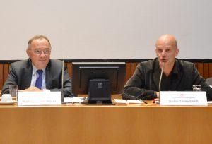 Finanzminister Norbert Walter-Borjans und der SPD-Haushaltsexperte Stefan Zimkeit bei einer Tagung im Landtag.